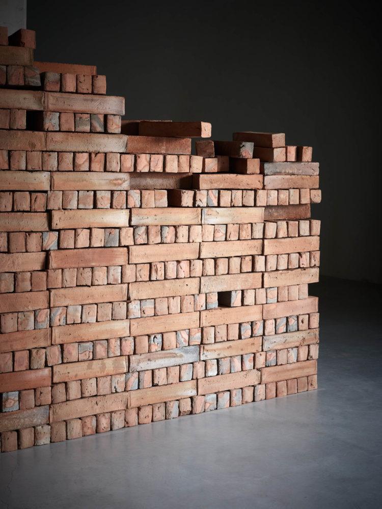 Bosco Sodi (° Mexico City, 1970), 'Muro', 2018, 1600 clay bricks, 200 x 800 x 50 cm