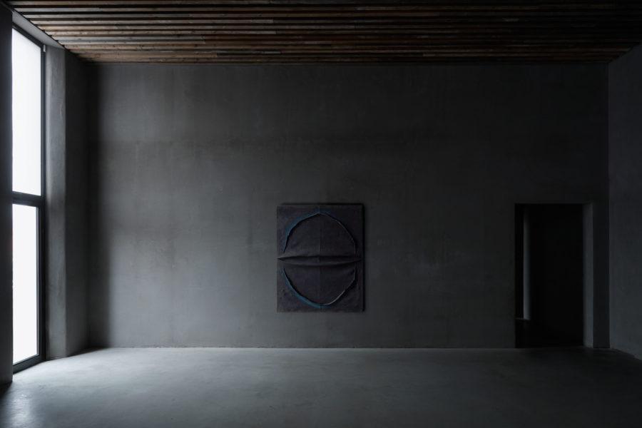 Installation view of 180961, Tsuyoshi Maekawa (°Osaka Prefecture, 1936), 2018, Sewn burlap and acryllic,