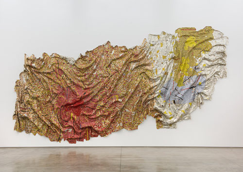 El Anatsui (*1944), Gravity and Grace, 2010, Aluminium und Kupferdraht, 482 x 1120 cm Collection of the Artist, Nsukka, Nigeria
