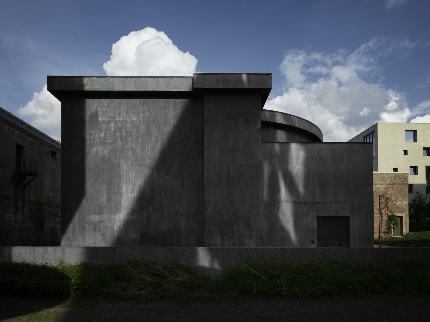 The building hosting the Anish Kapoor artwork at Kanaal